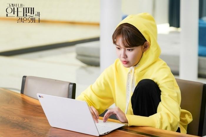 Berperan sebagai Lee Geun-young, hidup Sooyoung harus menderita setelah salah paham yang terjadi antara dirinya dengan bintang K-Pop terkenal yakni Who-joon yang diperankan oleh Choi Tae Joon (foto: m.blog.naver.com)