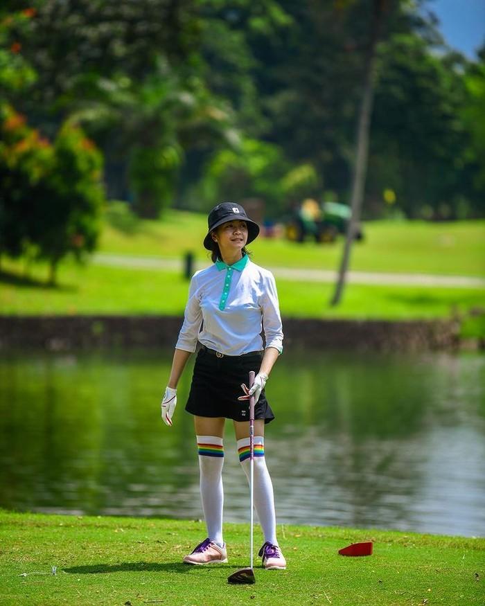Bintang FTV, Tyara Renata, juga ikut tenggelam dalam olahraga golf. Istri dari presenter Surya Insomnia ini memilih memakai bucket hat untuk menghindari panasnya padang golf/Sumber/Instagram/tyararenata.