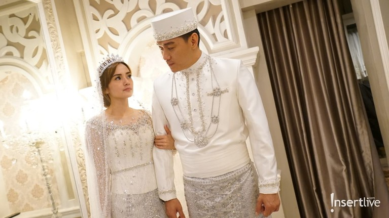 Ifan Seventeen dan Citra Monica akan melangsungkan pernikahan. Yuk kita intip bocoran baju akad saat mereka fitting!