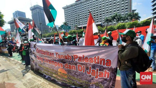 Sejumlah buruh yang tergabung dalam Gerakan Pekerja Muslim Indonesia menggelar aksi bela Palestina di Gedung PBB, Kedubes AS, dan Kedubes Prancis.