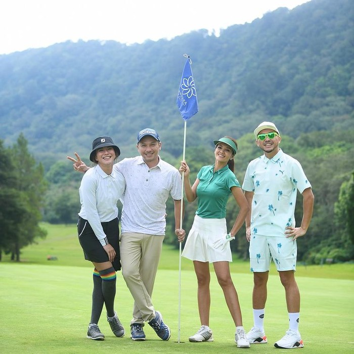 Chef Farah Quinn ikut bergabung dalam lingkar pemain golf selebriti bersama Gading Marten, Omesh, dan Dita Fakhrana. Ibu satu anak ini tampil lengkap dengan outfit golfnya/sumber/instagram/farahquinnofficial