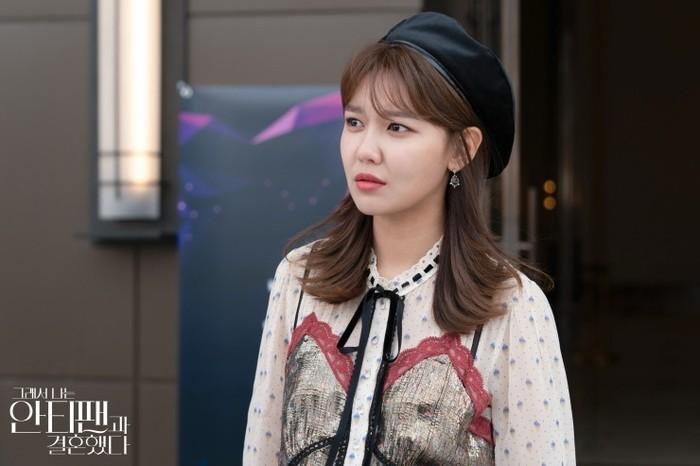 Dengan topi baret dan dress elegan, momen ini diambil ketika Who-joon memberikan surprise ulang tahun khusus untuk Geun-young. Sepertinya Who-joon mulai memiliki rasa untuk Lee Geun-young, nih! (foto: m.blog.naver.com)