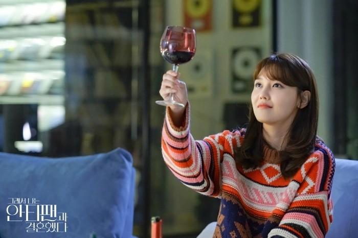 Inilah momen dimana Sooyoung berpamitan karena perannya sebagai seorang anti-fan dalam reality show diakhiri sepihak oleh Who-joon, dan ia harus meninggalkan tempat tinggalnya karena itu bukanlah rumahnya (foto: m.blog.naver.com)