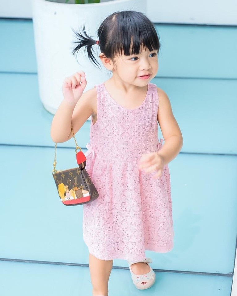 Putri sulung Raditya Dika Aline berpose dengan menggunakan tas-tas mahal bermerek. Yuk kita intip potretnya!