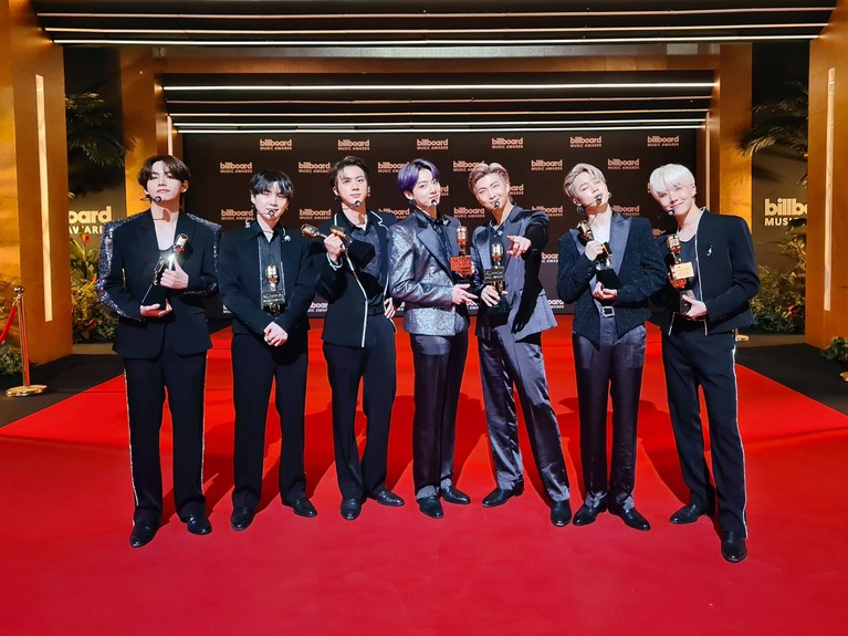 Penampilan BTS di BBMA 2021 perdana membawakan lagu baru mereka 'Butter' sangat ditunggu. Mereka juga meraih kemenangan, yuk kita intip!