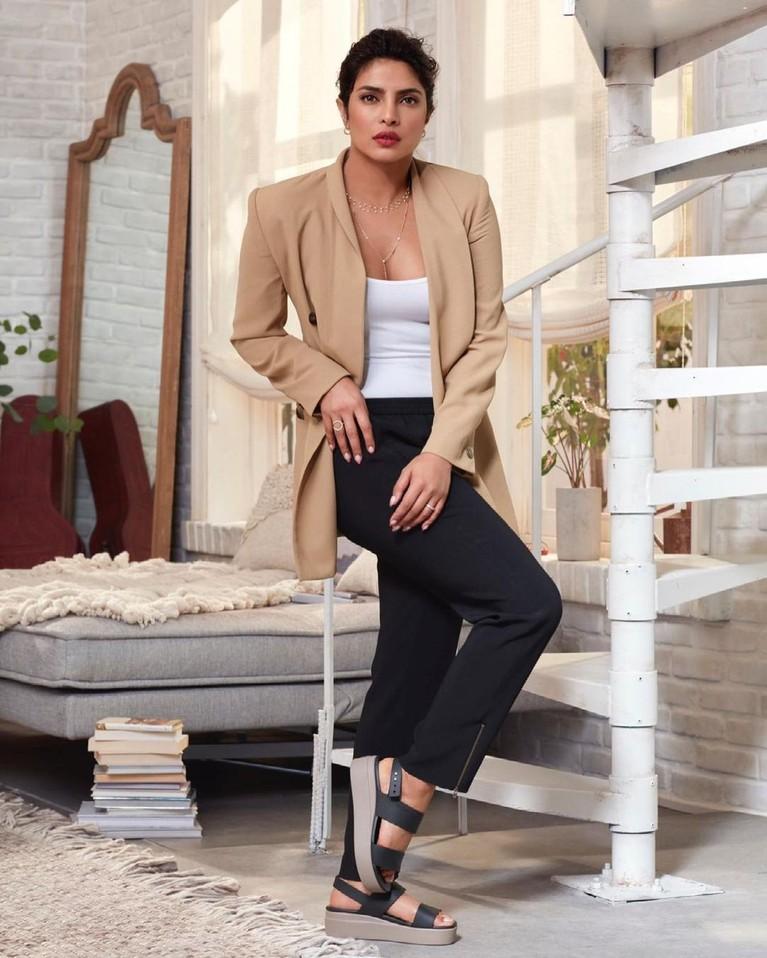 Priyanka Chopra menjadi perbincangan publik karena kembali terseret isu perselingkuhan dengan Shah Rukh Khan. Intip yuk pesonanya!