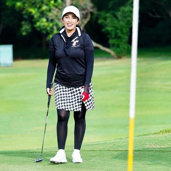 Selebriti Ussy Sulistiowati juga ikut asyik bermain golf. Kerap kali dia bermain dengan ditemani suaminya, Andhika Pratama/Sumber/Instagram/ussypratama.