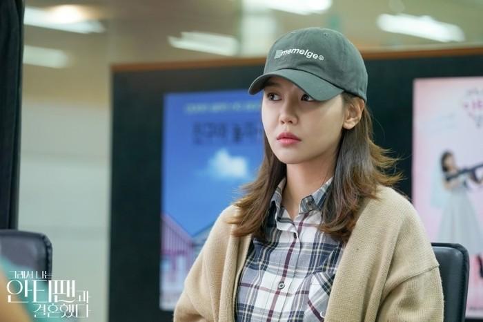 Seorang Geun-young harus menutupi wajahnya menggunakan topi, karena jika tidak maka ia akan diserang oleh fans dari superstar yang ia benci (foto: m.blog.naver.com)
