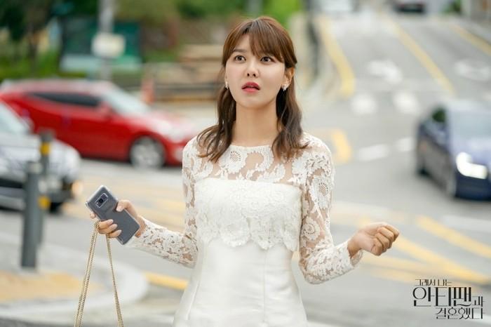 Setelah beberapa masalah, ia ditawarkan untuk berperan dalam reality show yang membuatnya menjadi seorang anti-fan. Disini Sooyoung tampak mengenakan gaun brokat putih karena ia harus menghadiri ajakan makan dari Who-joon (foto: m.blog.naver.com)