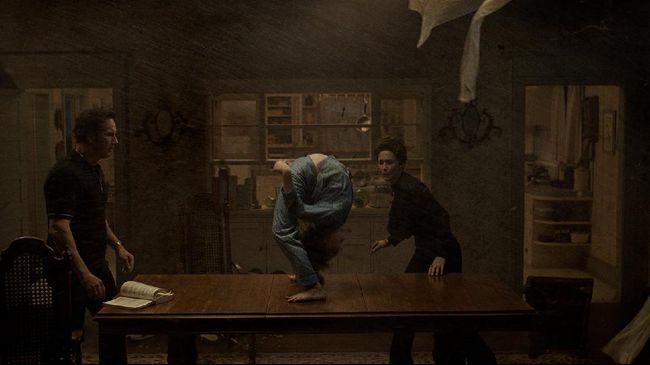 Sinopsis The Conjuring 3: The Devil Made Me Do It menggambarkan petualangan baru yang lebih horor bagi Ed dan Lorraine Warren.