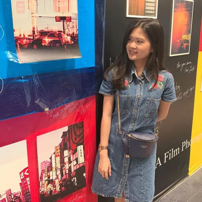 Wanita kelahiran Singapura ini dikenal sebagai sosok yang sederhana. Dilihat dari style berpakainnya, ia lebih memilih pakaian yang anti ribet. Cukup dengan dress denim dipadu sling bag berwarna navy, ia sudah terlihat cantik.(Instagram.com/feliciatissue)