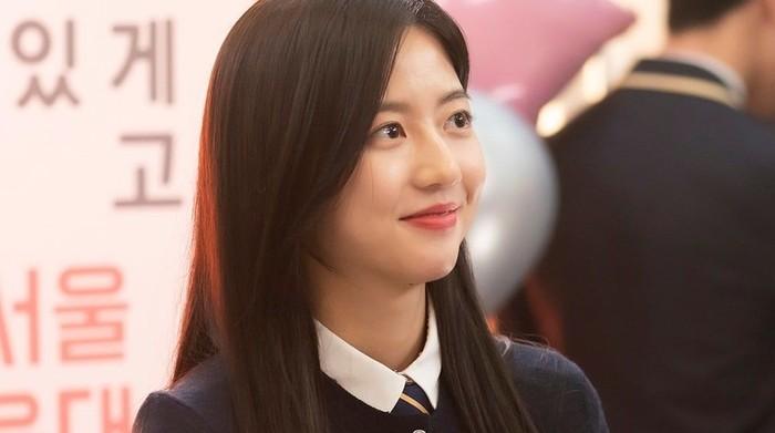 Bae Ro Na, sempat disangka mati di season 2. Ia ditolong oleh Shim Su Ryeon hingga selamat dari maut. Penonton bingung melihat raut wajah Ro Na yang tampak bahagia mengingat ibunya sedang berada dalam penjara / foto: instagram.com/sbsdrama.official