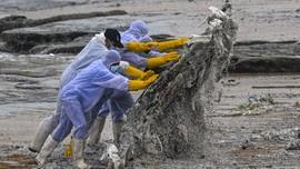 FOTO: Sibuk Bersihkan Polusi Kapal yang Terbakar di Sri Lanka