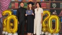 <p>Berikut potret kelulusan Sasi bersama kedua orang tuanya, Bunda. Dalam kesempatan tersebut, Dian Nitami dan Anjasmara tampak bahagia atas kelulusan Sasi, ya. (Foto: Instagram)</p>