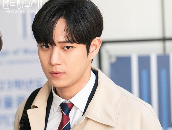 Joo Seok Hoon, yang sangat mencintai Bae Ro Na. Ia curiga dengan ayahnya yang menjadi dalang segala kasus pembunuhan yang terjadi. Ada rumor mengatakan Seok Hoon jadi korban selanjutnya di season ini / foto: instagram.com/sbsdrama.official