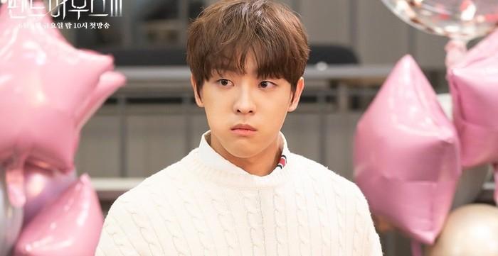 Lee Minhyuk, satu-satunya anak Hera Palace yang jarang muncul di dalam drama. Katanya Minhyuk selama ini menyukai Joo Seok Hoon sehingga ia paling semangat ketika membully Bae Ro Na. Plot twist sekali, bukan? / foto: instagram.com/sbsdrama.offcial