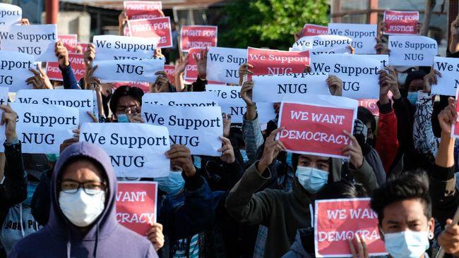 National Unity Government (NUG) Myanmar memperlihatkan angkatan bersenjata yang baru selesai melakukan pelatihan militer untuk menandingi junta militer Myanmar.