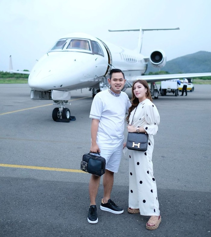 Awal tahun ini bos MS Glow membeli sebuah pesawat jet. Selain jet, Gilang diketahui mengoleksi sejumlah mobil sport dan Shandy senang dengan tas branded. MS Glow juga telah memiliki sebuah tower di Jakarta. (Instagram.com/shandypurnamasari)