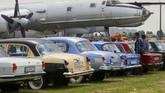Ratusan mobil antik dan langka dipamerkan di festival Old Car Land di Kiev, Ukraina sejak 28 Mei 2021. Ada 700 mobil antik dipamerkan.