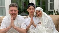 <p>Maudy Koesnaedi beberapa kali membagikan potet kehangatan keluarga kecilnya. Seperti ketika sedang merayakan Hari Raya Idul Fitri. So sweet, Bunda! (Foto: Instagram: @maudykoesnaedi)</p>