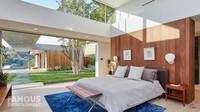<p>Bagian interior rumah Nick Jonas dan Priyanka Chopra didominasi oleh nuansa hangat dari unsur kayu, seperti yang terlihat pada kamar utama mereka. Rumah juga dapat menampung banyak sinar matahari sehingga terlihat segar. (Foto: YouTube Famous Entertainment)</p>
