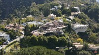 <p>Rumah tersebut berdiri di area perbukitan dengan tebing curam di kawasan Encino, Los Angeles. Area tersebut membuat rumah Priyanka Chopra dan Nick Jonas tampak megahbak istana di negeri dongeng. (Foto: YouTube Famous Entertainment)</p>