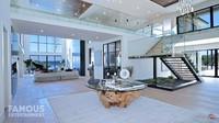 <p>Secara keseluruhan, desain rumah mewah Priyanka Chopra dan Nick Jonas berkonsep modern minimalis. Ruangan didominasi oleh warna putih yang memberi kesan bersih dan luas. (Foto: YouTube Famous Entertainment)</p>