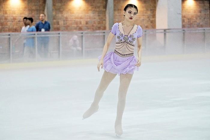 Ternyata, Sasikirana merupakan atlet Ice Skating. Pada 2019 lalu ia berlomba di kejuaraan Ice Skating di Bangkok Thailand. Sementara ayahnya terkenal sebagai instruktur Yoga. (Instagram.com/sasikirana)