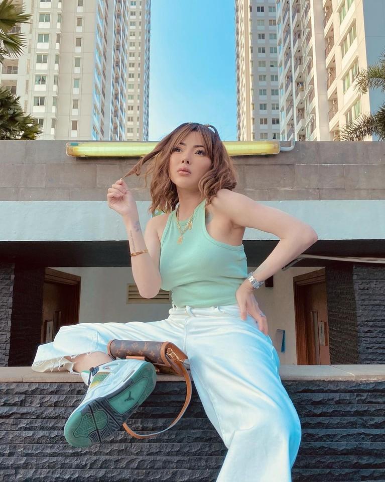 Ayu Aulia mengaku ingin menjadi istri kedua Vicky Prasetyo di video YouTube miliknya. Yuk kita intip sosok model seksi ini!