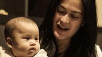 <p>Bintang film <em>Asmara</em> mengungkapkan salah satu rahasia awet mudanya. Menurut Donna, salah satu alasan mengapa ia kerap dipuji awet muda adalah karena sering momong cucu. (Foto: Instagram: @donnaharunofficial)</p>