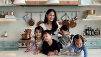 <p>Dari putra sulungnya, Ricky Harun, Donna mendapatkan empat orang cucu menggemaskan. Donna Harun terlihat aktif memomong keempat cucunya. (Foto: Instagram: @donnaharunofficial)</p>