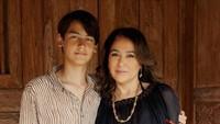 <p>Frederik Kiran merupakan anak dari Kartika Sari Dewi Soekarno dan Frits Frederik Seegers. Adapun Kartika Sari Dewi adalah anak tunggal dari Ratna Sari Dewi dan Soekarno. (Foto: Instagram @kartikasoekarnofoundation)</p>