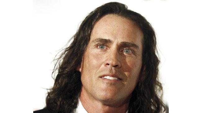 Aktor era dekade '90-an yang memerankan sosok Tarzan, Joe Lara, dan istrinya meninggal dunia karena kecelakaan pesawat.