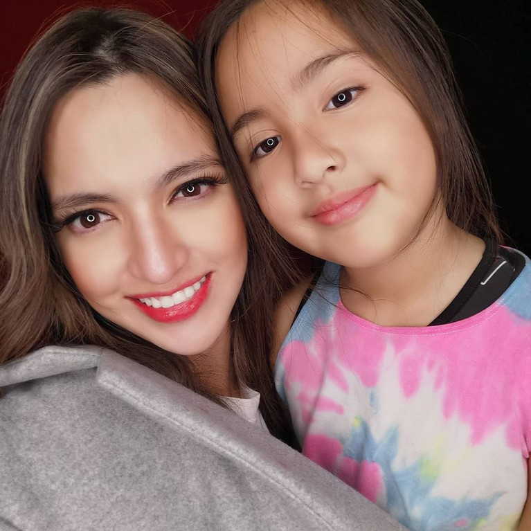 Mikhayla Zalinda Bakrie, putri Nia Ramadhani dan Ardi Bakrie telah tumbuh dewasa dan cantik. Yuk kita lihat potretnya!
