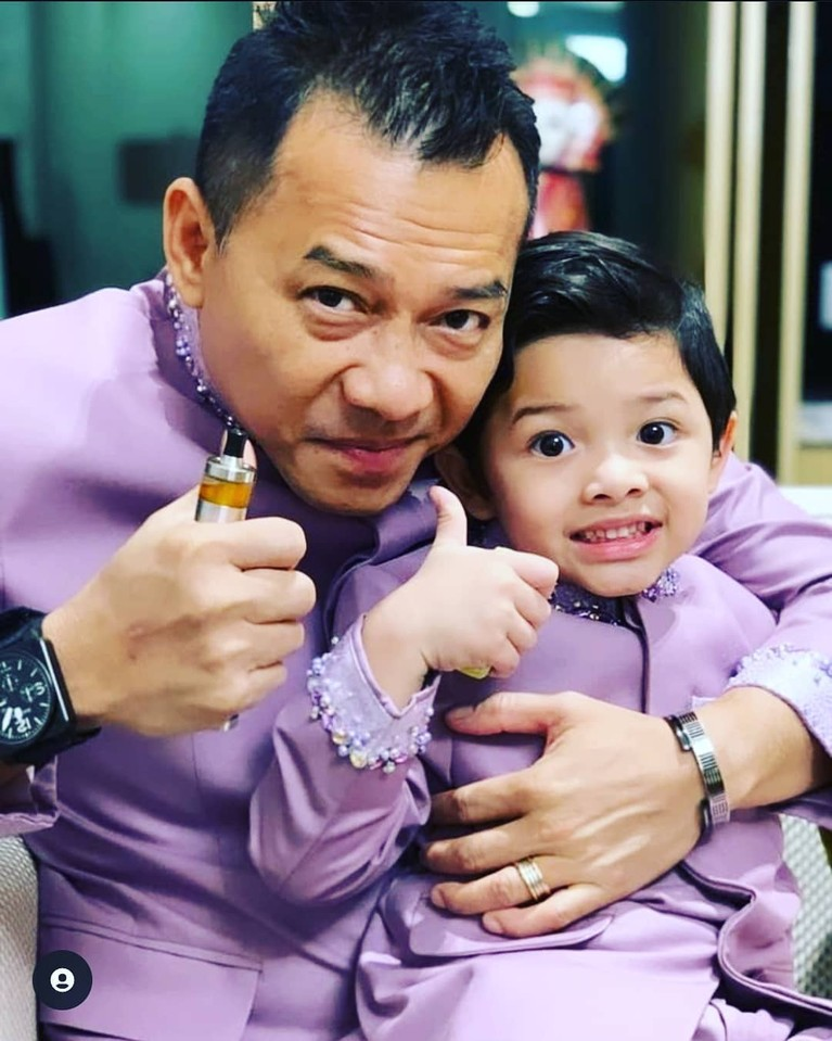 Pasangan Artis Bapak & Anak Pakai Baju Kembar