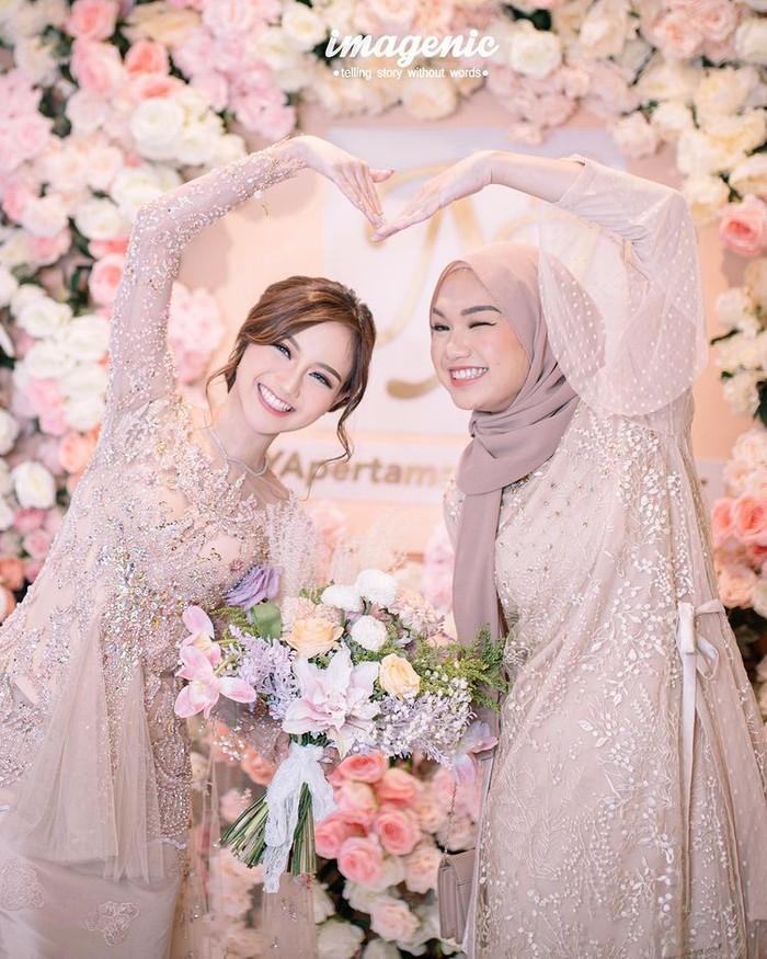 Seperti yang diketahui, Nanda Arsyinta merupakan anak pertama dari dua bersaudara. Ia memilki adik kandung yang tak kalah cantik, bernama Nadya Aisha. Dia juga merupakan sosok hijabers panutan di kalangan anak muda lho. (Instagram.com/nandaarsynt)
