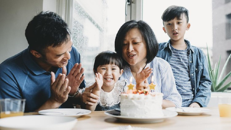 Family celebrating the birthday of the little daughter together