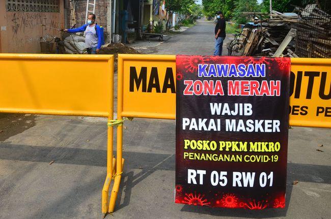 CNNIndonesia.com merangkum peristiwa dan informasi perkembangan covid-19 di Indonesia dalam 24 jam terakhir. Dari lonjakan zona merah hingga usulan lockdown.