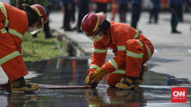 Belasan mobil pemadam kebakaran (Damkar) dikerahkan untuk memadamkan api yang membakar Rusun Tanah Tinggi, Jakarta Pusat.