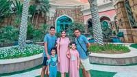 <p>Tak cuma ke Burj Al Arab, Ashanty, Anang dan keluarga juga berkunjung ke hotel mewah lainnya. Seperti di foto ini, mereka tengah berada di depan Atlantis The Palm (Foto: Instagram)</p>