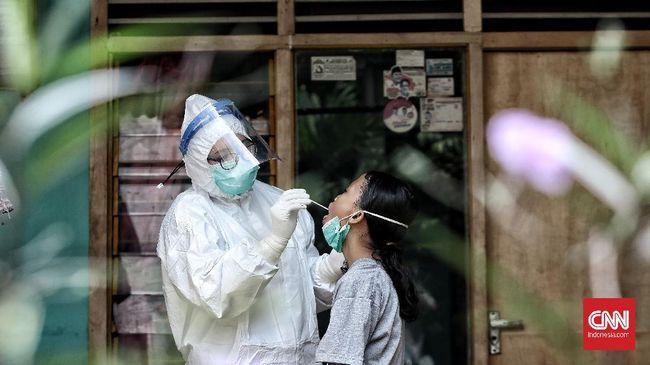 Pemerintah menyatakan target testing minimal 300 ribu orang per hari akan dilakukan bertahap sesuai situasi dan kondisi pandemi Covid-19 di lapangan.