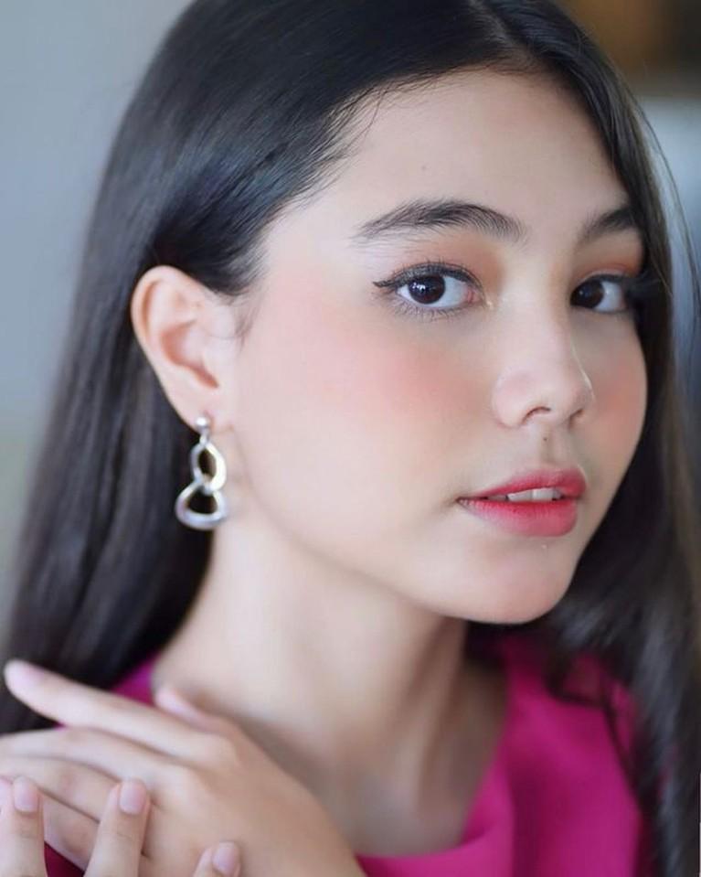 Peran Zahra sebagai istri ketiga yang diperankan oleh aktris remaja Lia Ciarachel mendadak jadi sorotan. Yuk kita intip potret Lia!