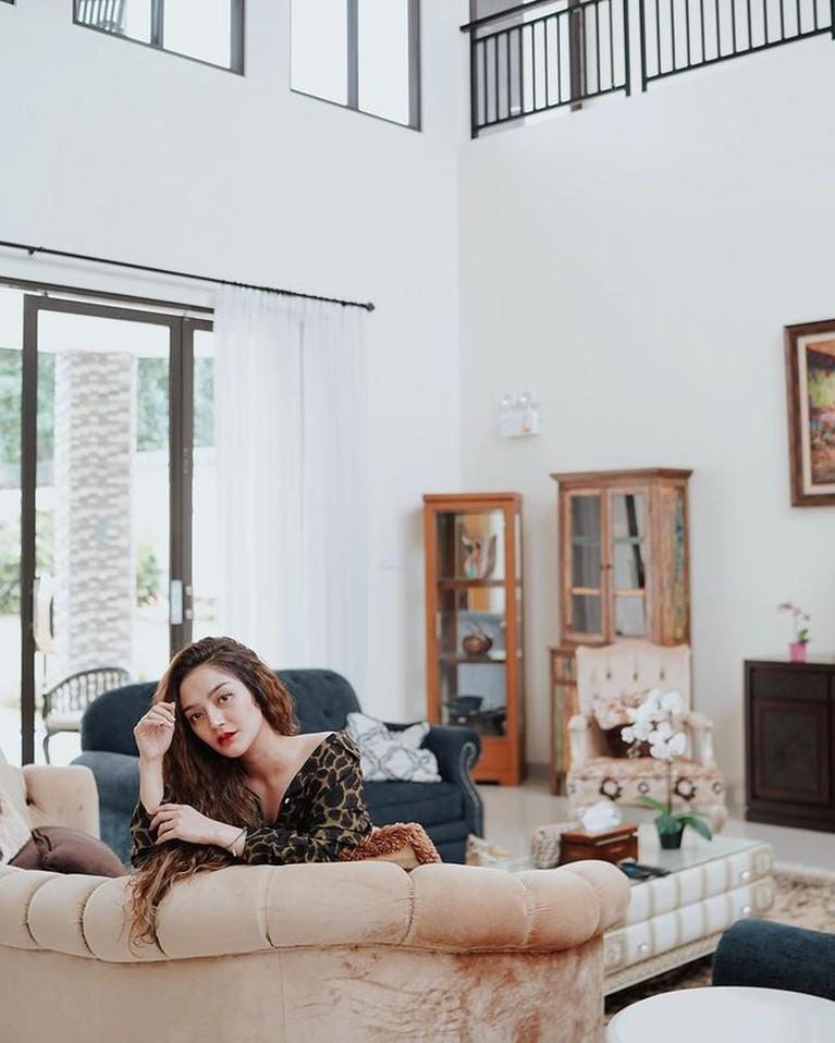 Siti Badriah dan suaminya sedang menikmati liburan di Bali. Yuk kita intip momen keseruan mereka saat liburan!