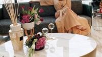 <p>Rumah Olla Ramlan juga dilengkapi dengan furnitur cantik nan mewah. Olla Ramlan juga gemar meletakkan dekorasi bunga di sejumlah titik rumah. Rumah yang cantik ini kerap digunakan Olla sebagai background foto OOTD. Kalau rumahnya secantik ini, bakalan salfok lihatnya ya. (Foto: Instagram: @ollaramlanaufar)</p>
