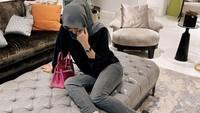 <p>Olla Ramlan memiliki banyak are untuk bersantai di rumahnya. Ada berbagai sofa mewah yang biasa digunakannya ketika sedang berada di rumah. (Foto: Instagram: @ollaramlanaufar)</p>
