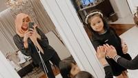 <p>Rumah Olla Ramlan juga memiliki banyak cermin untuk mengambil foto OOTD. Sang putri juga beberapa kali muncul di foto mirror selfie sang Bunda. (Foto: Instagram: @ollaramlanaufar)</p>