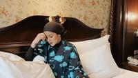 <p>Bagian kamar tidur Olla Ramlan juga tak kalah mewah, Bunda. Tempat tidur king size berpadu serasi dengan wallpaper klasik yang menempel pada tembok. (Foto: Instagram: @ollaramlanaufar)</p>