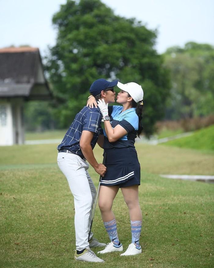 Pasangan Andhika Pratama dan Ussy Sulistiowati juga ikut dalam tren olahraga golf. Tak hanya bermain bersama, pasangan ini pun menikmati momen olahraga untuk berbagi romansa di tengah lapangnya lahan hijau/Sumber/Instagram/andhiiikapratama.