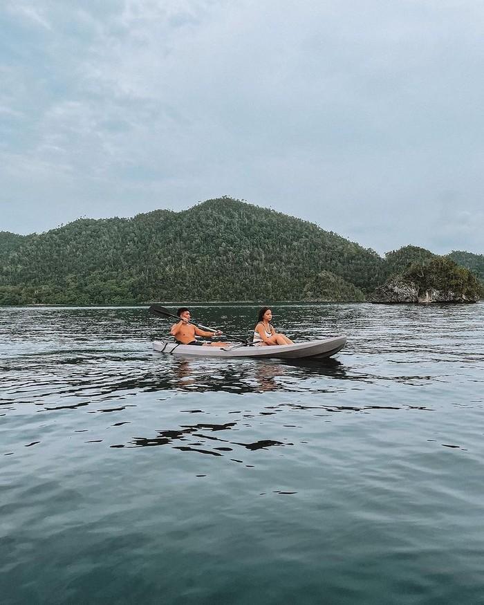 Pasangan Nikita Willy dan Indra Djokosoetono tak hanya sekedar suka travelling tapi juga berolahraga. Mereka pun memanfaatkan berkayak saat berlibur di Papua/Sumber/Instagram/indrapriw.