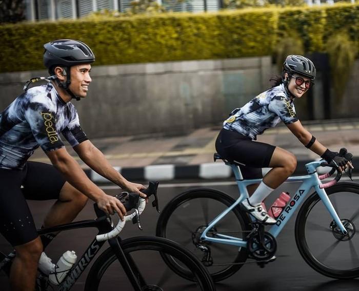 Potret kebersamaan Dian Sastrowargoyo dan suami, Maulana Indraguna, saat berolahraga dengan bersepeda. Keduanya dikenal menyukai olahraga sepeda dan kerap mengikuti kegiatan bersepeda di Ibu Kota/Sumber/Instagram/therealdisastr.